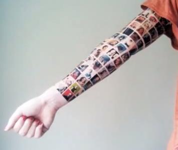 O femeie si-a tatuat pe brat pozele prietenilor de pe Facebook