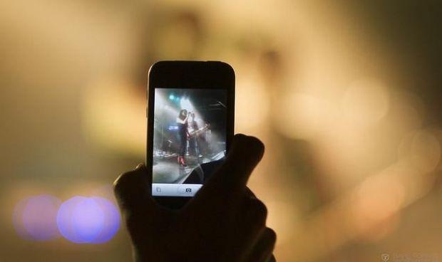 Posesorii de iPhone nu vor mai avea voie sa filmeze concerte