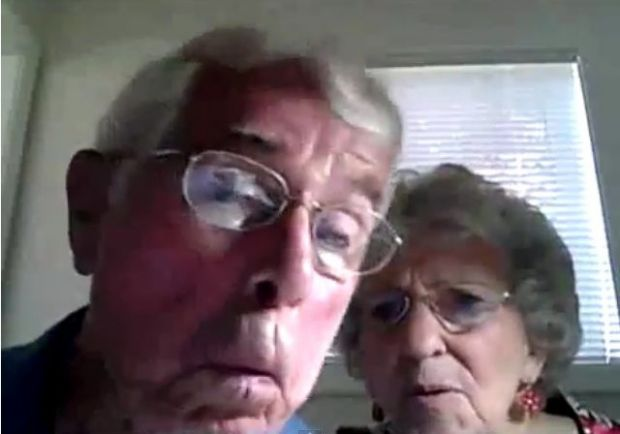 Razi cu pofta! Doi batrani invata sa foloseasca un webcam