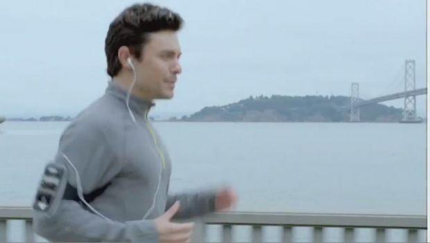 VIDEO Noul iPhone 4s iti rezolva problemele de la serviciu in timp ce alergi, gatesti sau inveti