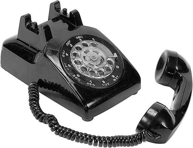 Tot mai multi romani isi pun telefon fix