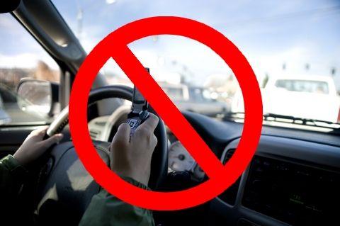 Telefoanele mobile, interzise total la volan. Dispozitivele hands-free devin ilegale