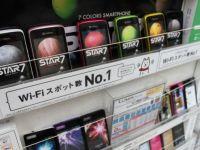 FOTO UIMITOR: iPhone si Blackberry, copiate in Japonia fara nicio rusine! Asa arata rafturile lor cu telefoane in 2012