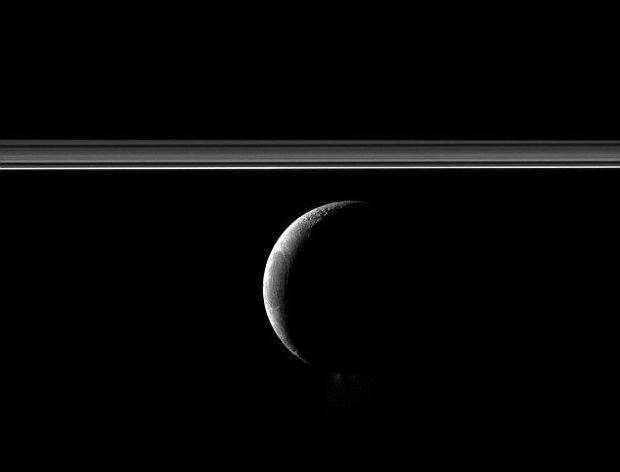 FOTO: NASA prezinta o fotografie SUPERBA cu luna lui Saturn! Imagine nemaivazuta pana acum