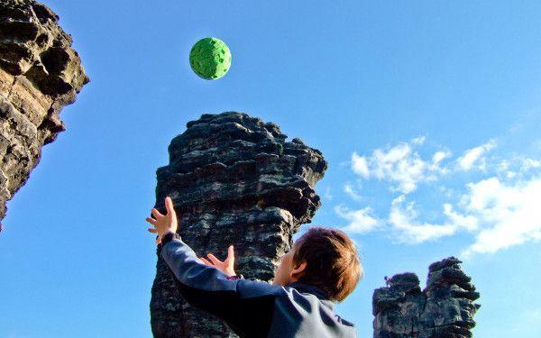 iLikeIT: Camera Ball - mingea care face fotografii 360 deg; doar daca o arunci in sus