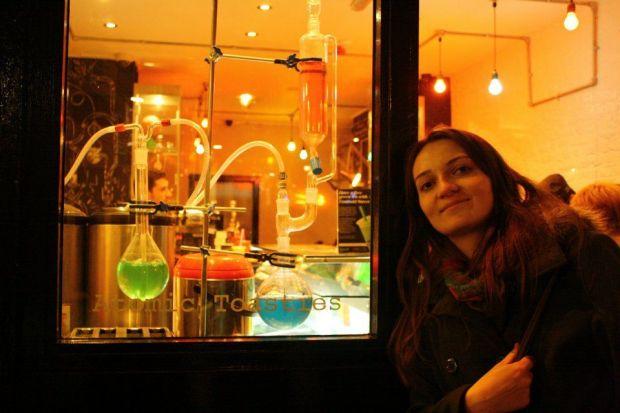 Silvia Nagy - romanca pasionata de sporturi extreme, care isi face doctoratul in cea mai ciudata teorie din fizica