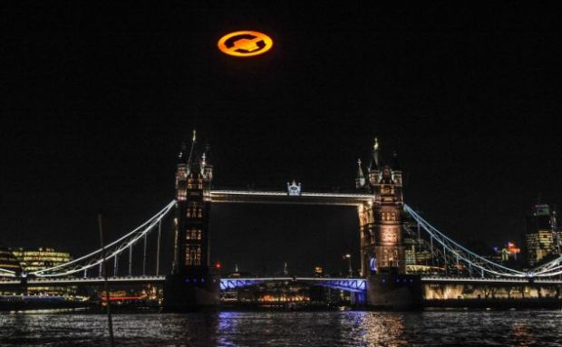 Imagini incredibile surprinse deasupra Londrei. Mii de oameni au jurat ca au vazut un OZN. FOTO AICI