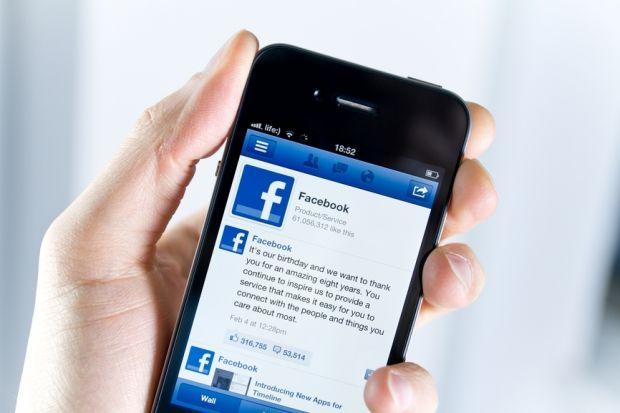 O treime dintre tineri intra pe Facebook din toaleta. Smartphone-urile si tabletele, in crestere la accesarea Internetului