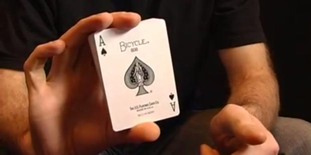 Cea mai simpla scamatorie. Cum faci sa dispara o carte de joc din pachet. Poti ghici care-i tehnica?