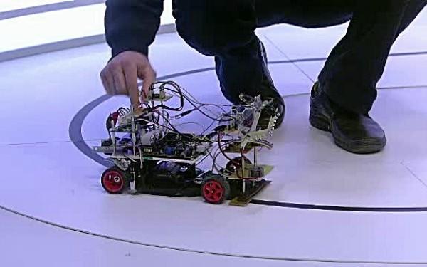 iLikeIT. Doi studenti la Politehnica prezinta prototipul masinii inteligente. Demonstratie cu roboti