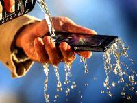 5 pasi simpli prin care iti poti salva telefonul dupa ce l-ai scapat in apa