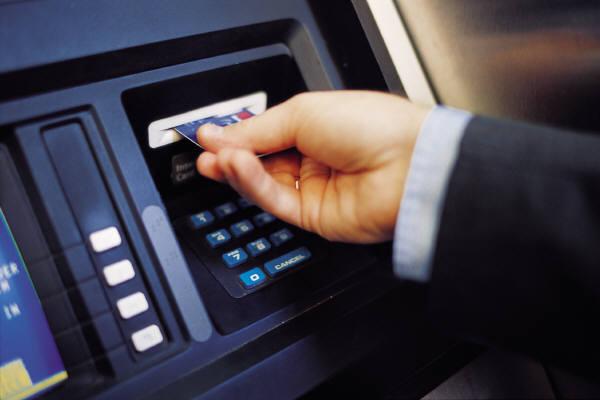 Un hacker din puscarie a inventat sistemul care face imposibila fraudarea bancomatelor