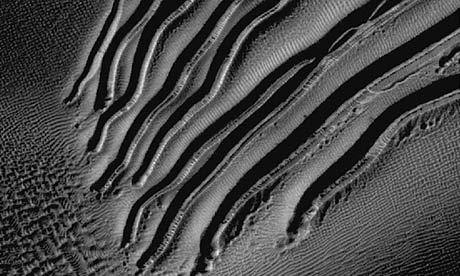 Vaile de pe dunele de nisip de pe Marte ar fi fost  sapate  de  gheata uscata  (carbonica) in procesul de topire