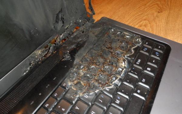Povestea unui blogger din Romania caruia i-a luat foc laptopul dupa ce l-a lasat la incarcat