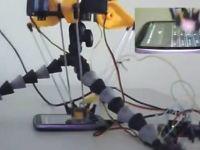 Robotul care ghiceste codul de deblocare al telefonului. Prin insistenta VIDEO