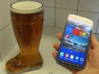 Experiment realizat de Samsung. Ce se intampla cand scufunzi un smartphone intr-un pahar cu bere