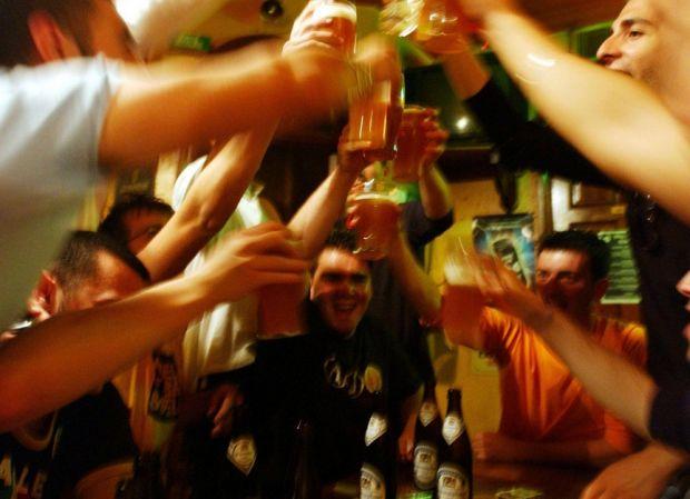 Efectul Facebook : supraexpunerea in online  ajuta  la consumul de alcool si la fumatul excesiv
