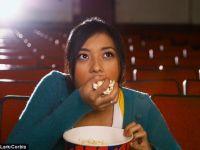 Ce se intampla daca manaci floricele cand mergi la cinema. Cercetatorii au facut un studiu