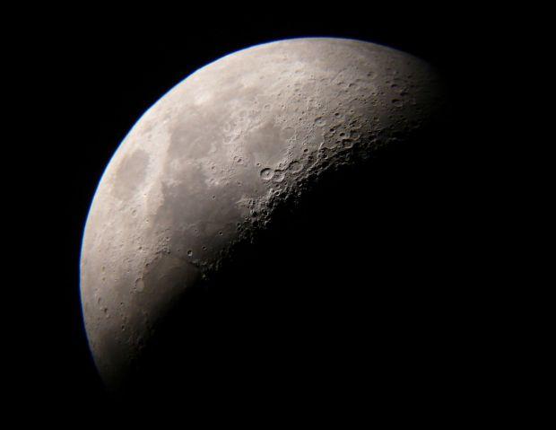Cum s-ar vedea Luna daca ar orbita la doar 420 km de Pamant?