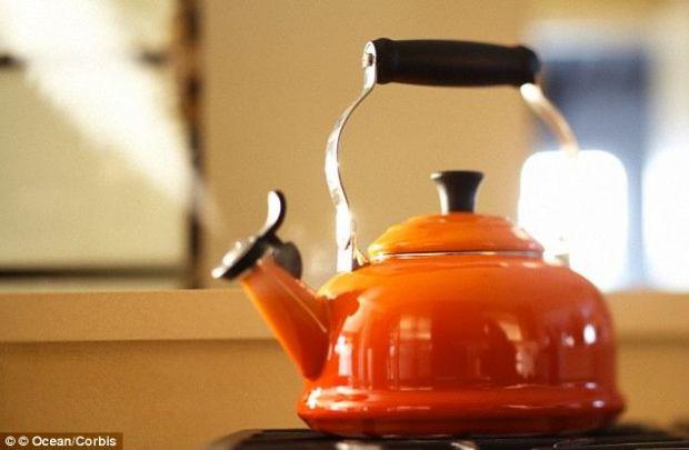 Cercetatorii britanici au dezlegat inca un mister: de ce  fluiera  ceainicul cand fierbe apa?
