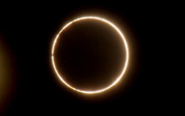Eclipsa hibrida de soare. Fenomen astronomic rar pe 3 noiembrie. LIVE VIDEO
