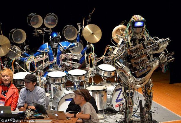 Z-Machines, trupa rock in care chitaristul are 78 de degete, iar tobarul manuieste 21 de bete