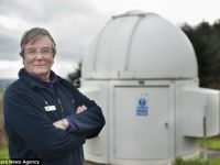 Misiunea lui este salvarea Pamantului. Galezul care monitorizeaza asteroizii cu un observator construit chiar de el