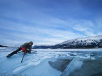 Frumusetea toxicitatii: bulele de metan prinse in gheata unui lac din Canada. GALERIE FOTO