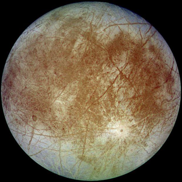 Europa, satelitul inghetat al planetei Jupiter, arunca in spatiu trombe de apa uriase