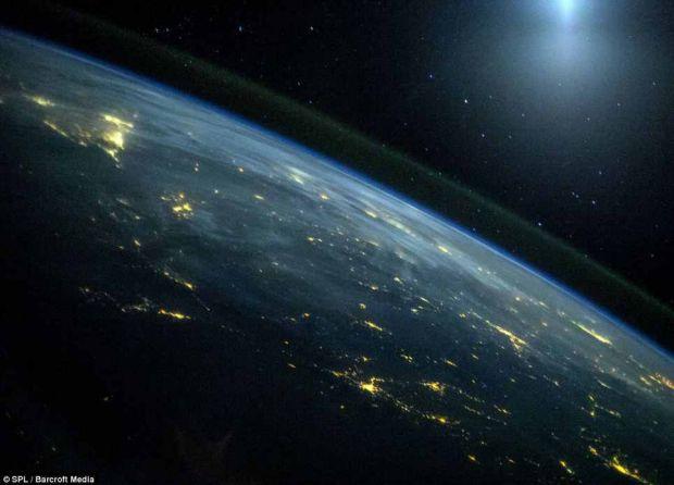 Mai multe fotografii facute de la bordul Statiei Spatiale Internationale in decursul anului 2013 au fost facute publice de NASA FOTO