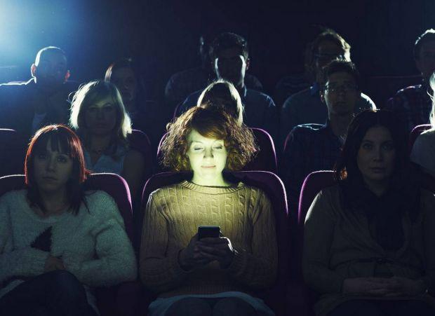 Aplicatia care-ti cere sa NU iti inchizi telefonul la cinema