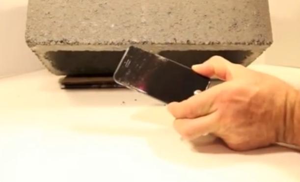 iPhone-ul care rezista in lupta cu betonul! Ecranul acesta special nu pateste absolut nimic. VIDEO