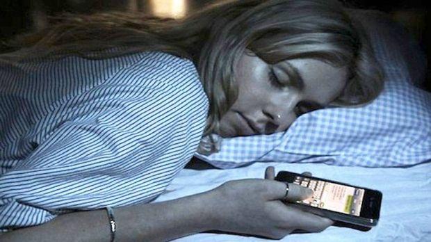 De ce nu este bine sa dormi cu telefonul in camera