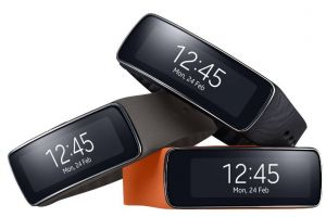 Samsung Gear Fit. Primul gadget cu ecran Super AMOLED curbat te ajuta sa dai burta jos