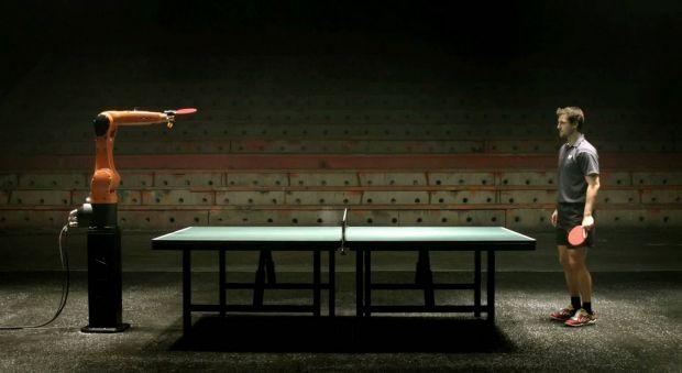 Om versus robot, acum si in tenisul de masa VIDEO