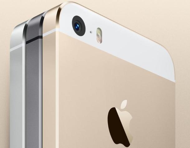 iPhone-ul nu e rezistent la apa. Samsung Galaxy S5, da.