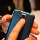 Galaxy S5 are senzor pentru masurarea ritmului cardiac. Totusi, si la iPhone ai aplicatii care iti masoara pulsul daca tii degetul pe blitz.