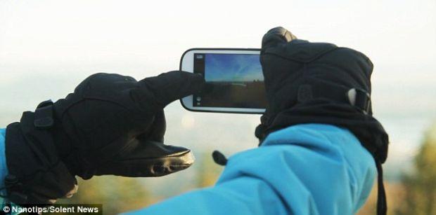 Toate manusile pot  accesa  un touchscreen. Daca li se aplica niste  amprente  speciale