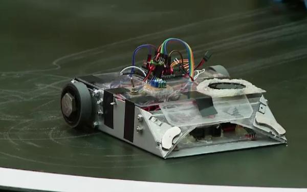 Superconcurs cu roboti sumo la Cluj-Napoca. Fiecare costa catea mii de euro