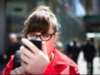 Taiwanul vrea sa amendeze pietonii care trec strada cu ochii in telefon