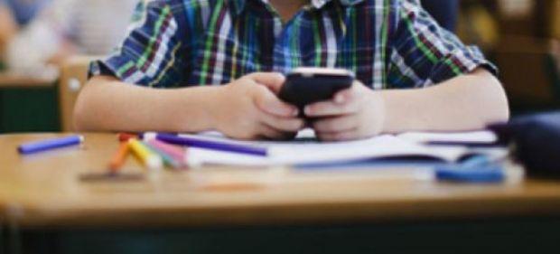 De ce ar putea fi interzise toate telefoanele mobile in scolile din Romania