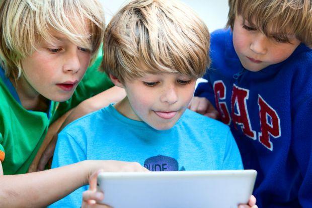 13% din europeni pierd bani si date pentru ca isi lasa copiii sa se joace cu gadgeturile