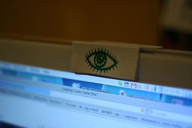 Europenii isi acopera camera video de la laptop de teama sa nu fie spionati