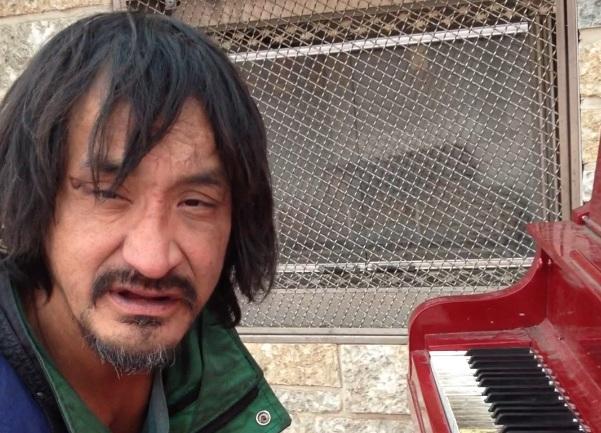 Viralul zilei: un om al strazii canta incredibil la pian