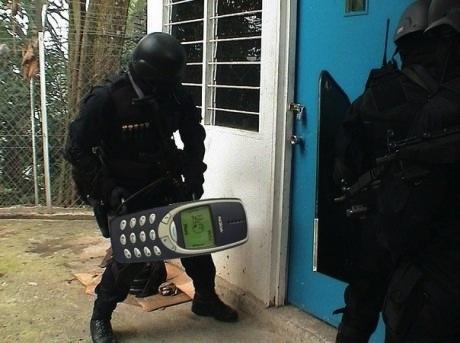 Imaginea care a devenit virala. Ce i-a scris un barbat iubitei pe un bilet deasupra unui Nokia 3310