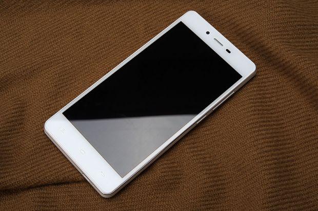 A fost lansat primul telefon cu baterie uriasa. E de 2 ori mai puternica decat a unui Galaxy S5 sau a unui iPhone 6