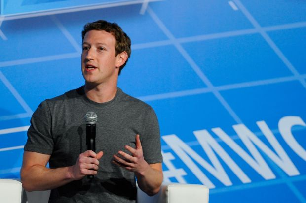 Ai observat ca Mark Zuckerberg poarta acelasi tricou in fiecare zi? Explicatia sa este geniala