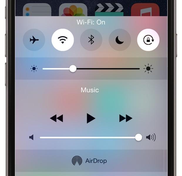 Activeaza Wi-Fi-ul cand esti acasa sau la munca - pentru ca telefonul sa nu caute in permanenta prin GPRS, EDGE si 3G, foloseste Wi-Fi-ul si vei ajuta bateria. Mergi la Settings > Wi-Fi si activeaza. De asemenea, treci pe off optiunea Ask to Join Networks