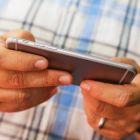 Ajusteaza comportamentul tau - nu iti verifica telefonul in exces. Deblocarea telefonului la fiecare cateva minute consuma bateria