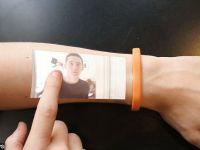 Bratara hi-tech ce va rivaliza cu ceasurile Apple. Orice om isi poate transforma bratul in touchscreen. Cand apare pe piata